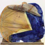 Assiette rectangulaire de couleur bleu et jaune ocre.