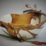 Grand bol blanc et ocre jaune avec bois et cuir.