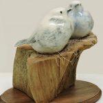 Petits oiseaux montés sur pièce de bois.