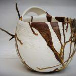 Vase de forme rond, blanc et ocre jaune ajout de bois et cuir.