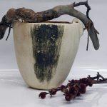 Vase en hauteur blanc et fumé, ajout de bois et cuir.